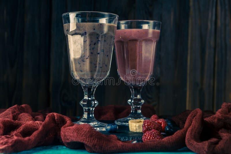 两个酒杯的图象与圆滑的人的在与布料的桌上 图库摄影