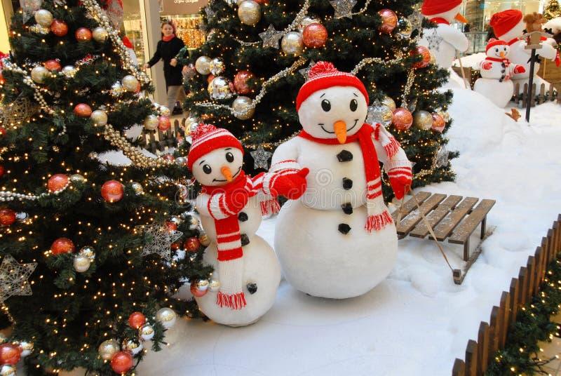 两个雪人在购物中心 库存照片