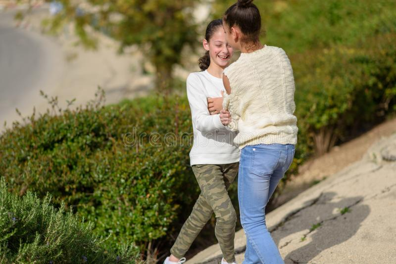 两个青少年女孩使用室外在好日子 免版税库存图片