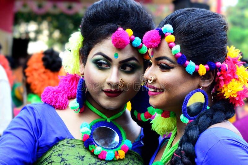 两个青少年的年龄女孩抹上与holi颜色繁忙的采取的selfie 免版税图库摄影