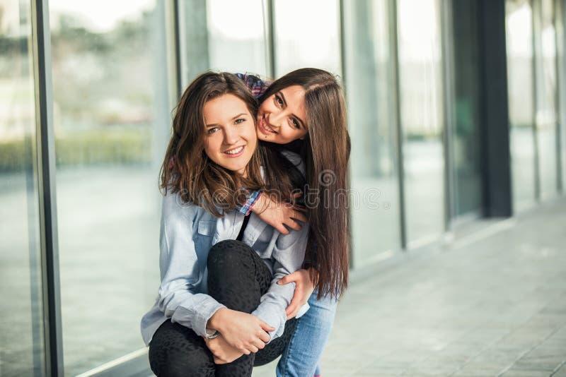 两个青少年女朋友笑 免版税库存照片
