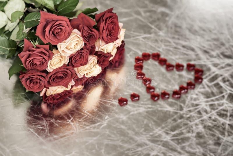 两个颜色玫瑰花束心爱和红色心脏的,爱,华伦泰` s宴餐,其他浪漫庆祝的标志 免版税库存照片