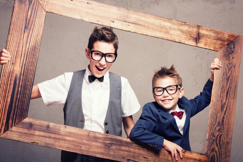 两个年轻典雅的兄弟画象  免版税库存图片