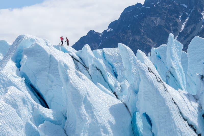 两个登山人到达了冰山上面  免版税图库摄影