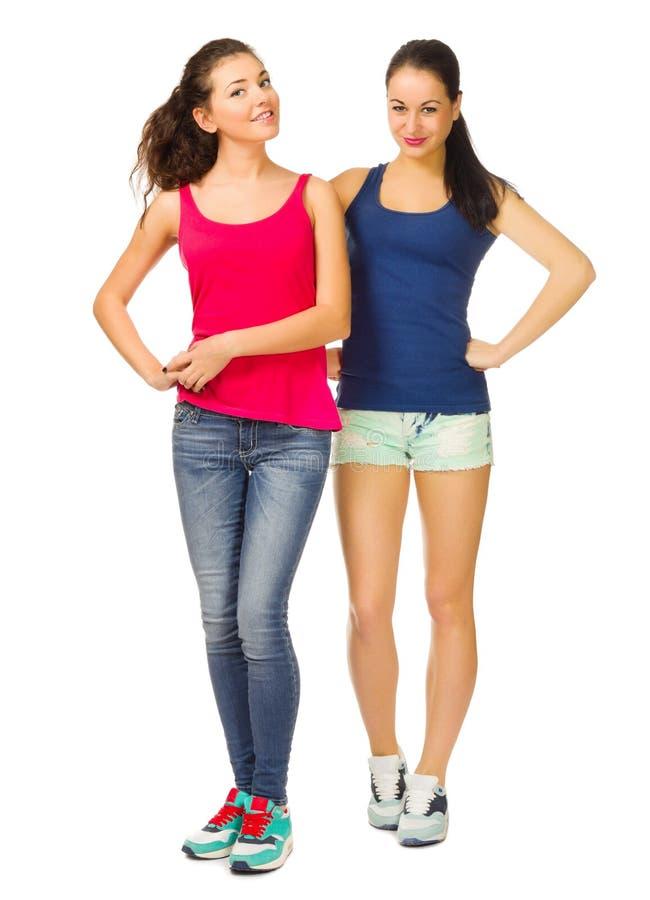 两个年轻微笑的运动的女孩 免版税库存照片
