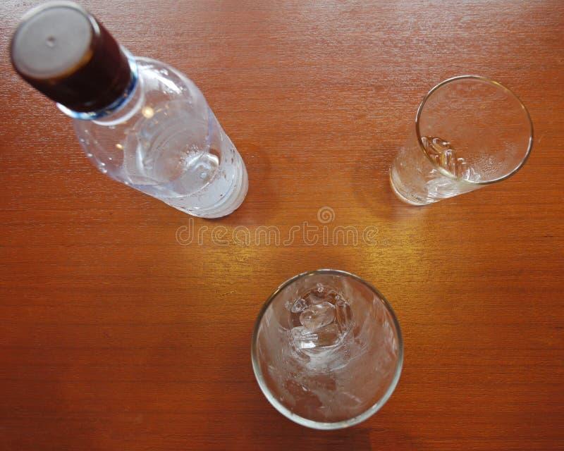 两个玻璃和水瓶 库存照片