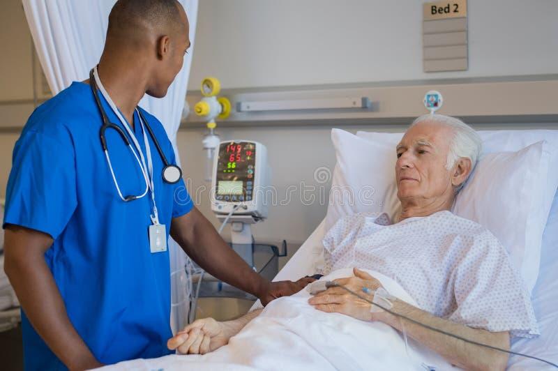 两个医生检查的表达式查出人高级严重的白色 免版税库存照片