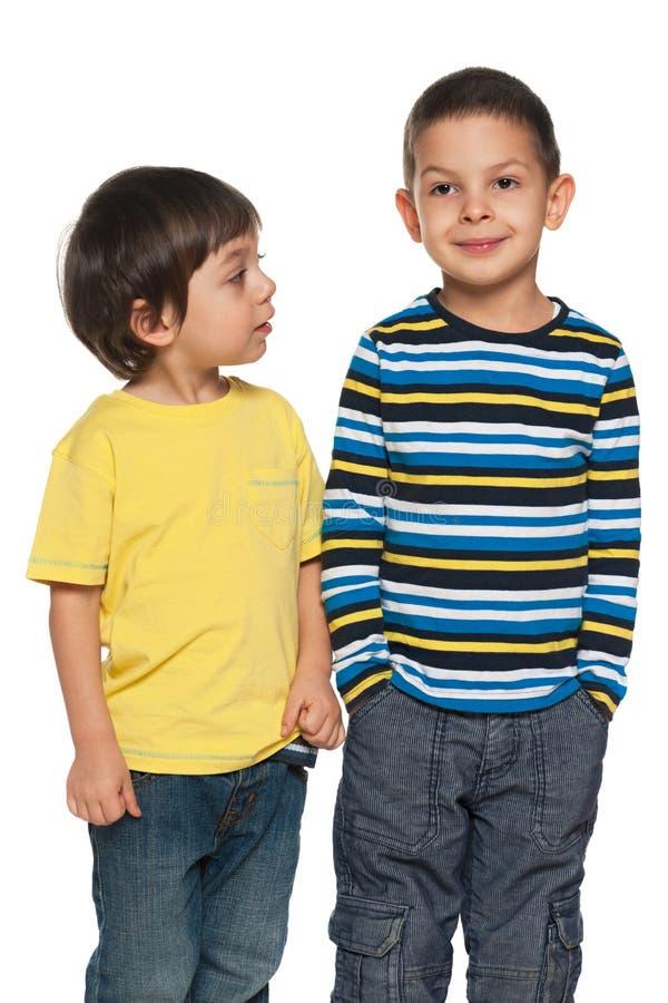 两个年轻男孩一起站立 免版税图库摄影