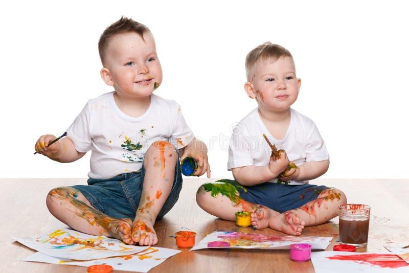 两个绘的小男孩 免版税库存照片