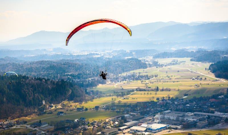 两个滑翔伞在谷飞行 库存照片
