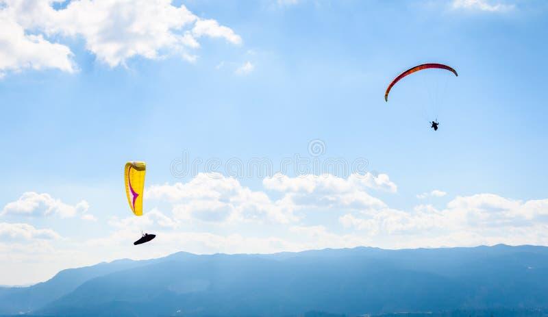 两个滑翔伞在谷飞行 图库摄影