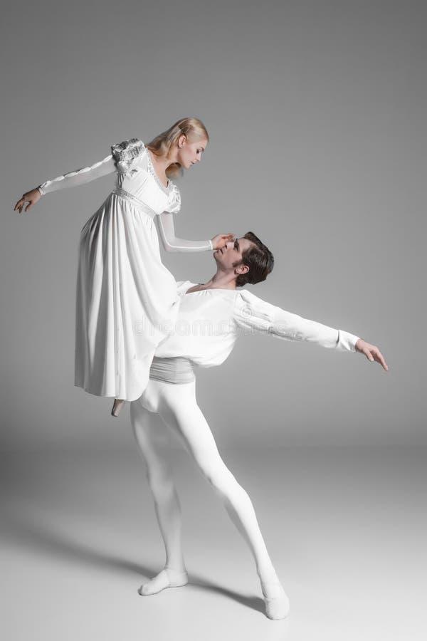 两个年轻跳芭蕾舞者实践 有吸引力的 免版税图库摄影