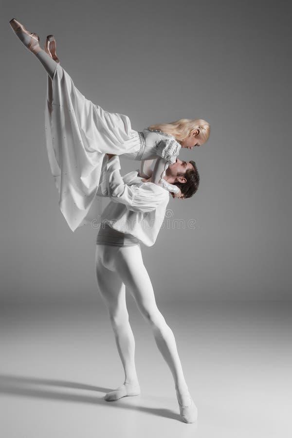 两个年轻跳芭蕾舞者实践 有吸引力的 免版税库存照片
