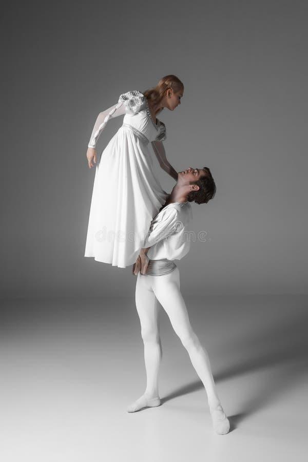 两个年轻跳芭蕾舞者实践 有吸引力的 免版税库存图片