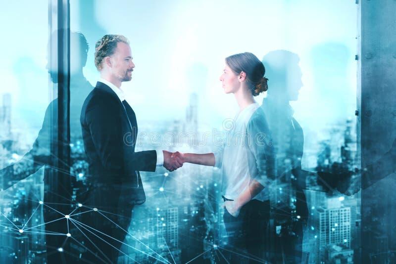 两买卖人握手在有网络作用的办公室 合作和配合的概念 免版税库存图片