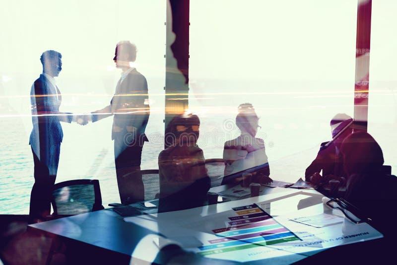 两买卖人握手在有网络作用的办公室 合作和配合的概念 免版税库存照片