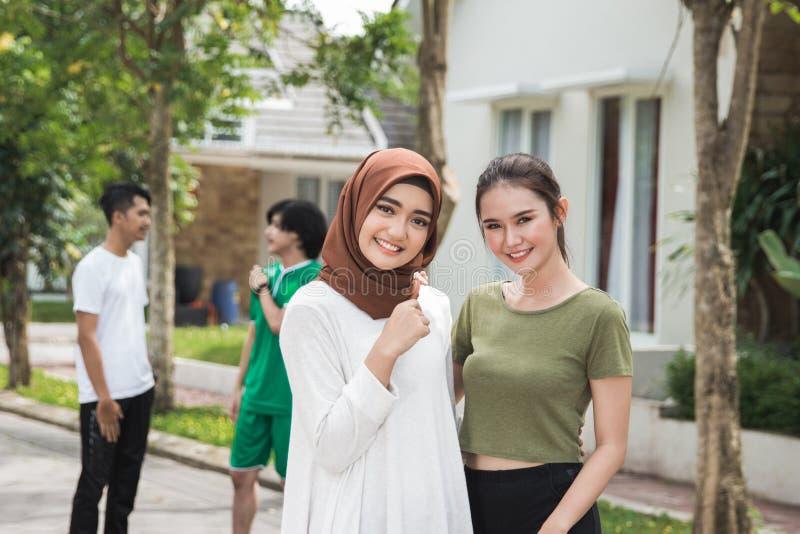 两亚裔女性以在excersing以后的体育穿戴 免版税库存照片
