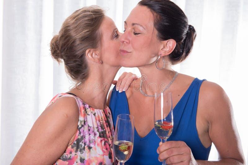 两亲吻的可爱的妇女 库存图片