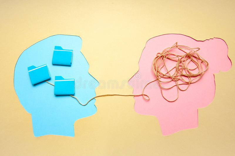 两人传达面对面,男人和妇女 概念解码和理解问题或合理和不合理认为 免版税库存图片
