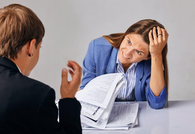 两人画象  在他们的业务关系的问题 库存照片