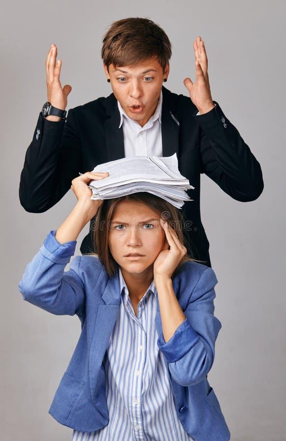 两人画象  在他们的业务关系的问题 院长装载下级 库存图片