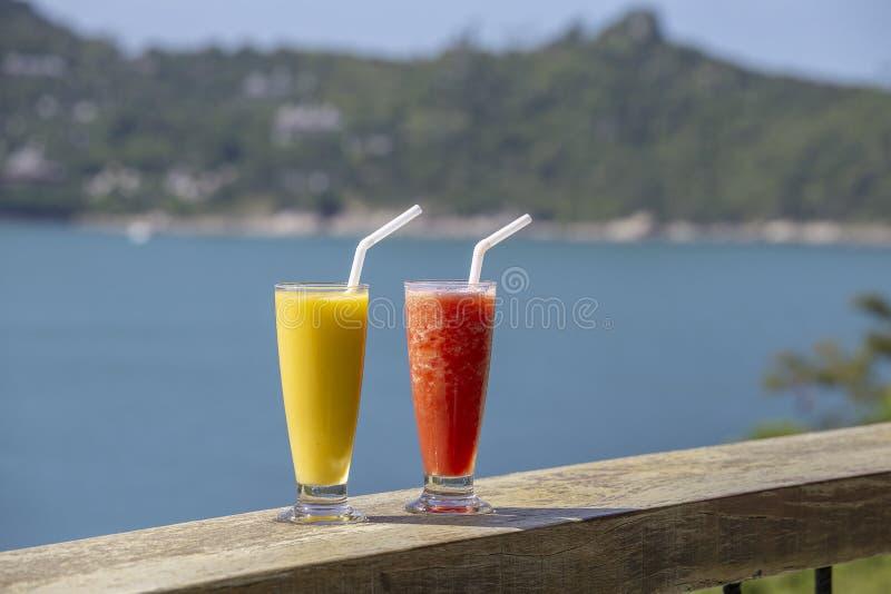 两从芒果和西瓜的新有机震动在海滩的泰国餐馆在海附近在泰国 库存图片