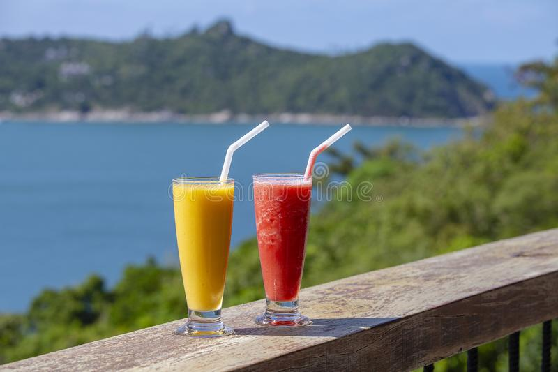 两从芒果和西瓜的新有机震动在海滩的泰国餐馆在海附近在泰国 图库摄影