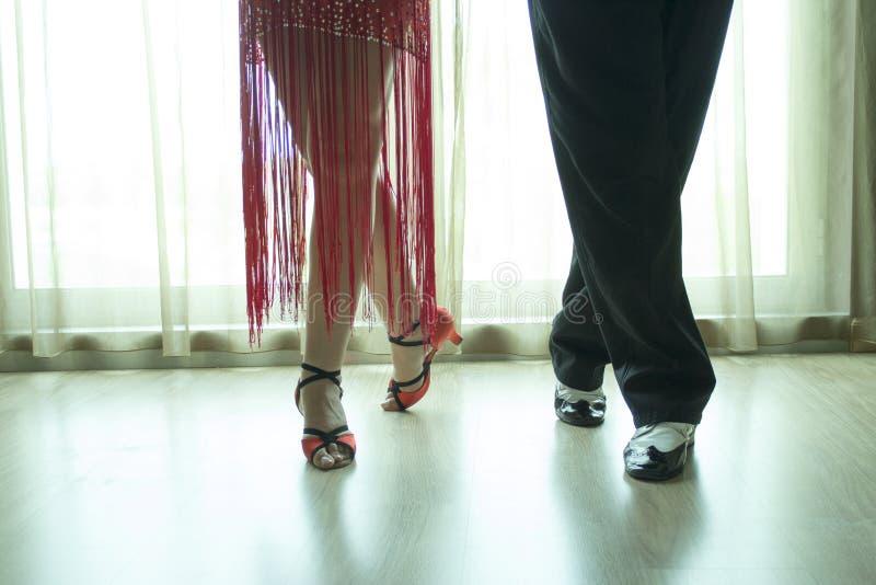 两位专业拉丁舞蹈家的腿特写镜头  免版税库存照片
