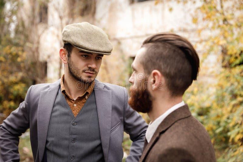 两位匪徒在一个落寞地方讨论事 免版税库存图片