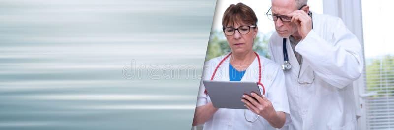 两位医生谈论关于关于片剂的医疗报告 全景的横幅 免版税库存照片