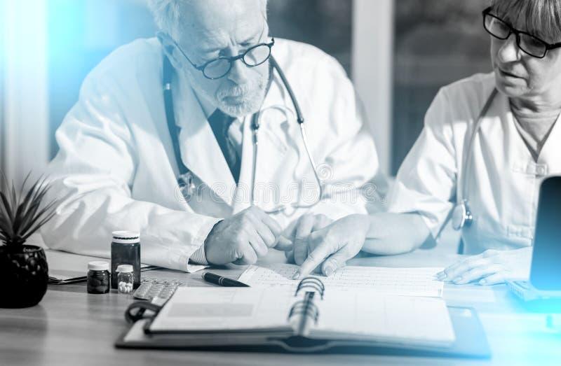 两位医生谈论关于医疗结果;光线影响 库存照片