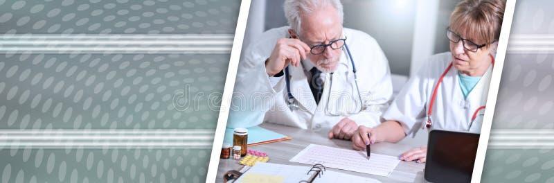 两位医生谈论关于医疗结果;全景横幅 库存图片