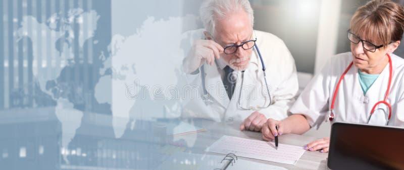两位医生谈论关于医疗结果;多重曝光 库存图片