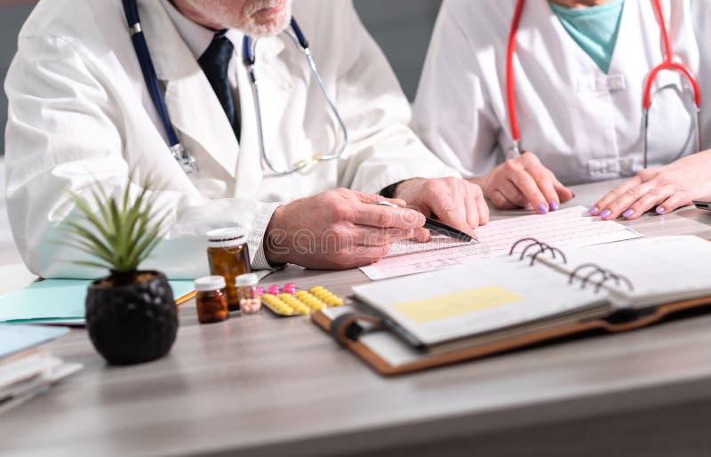 两位医生谈论关于医疗结果 库存图片