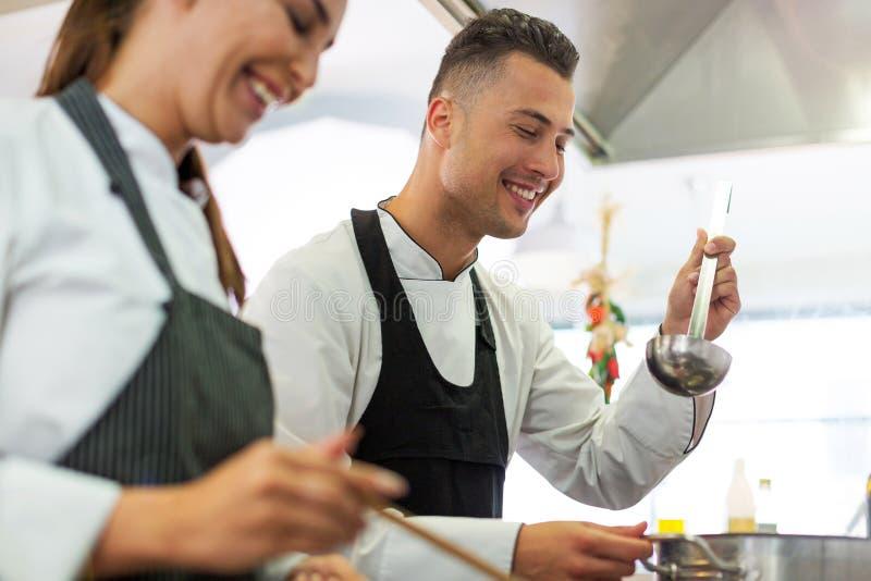 两位厨师在厨房里 免版税库存图片