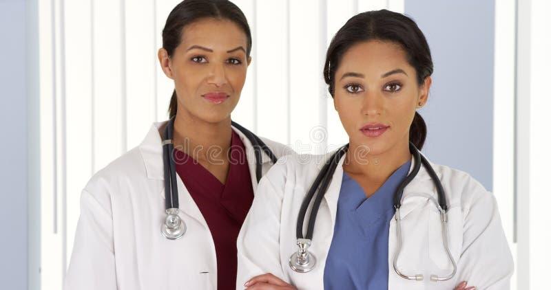 两位女性医疗专家画象在医院 库存图片