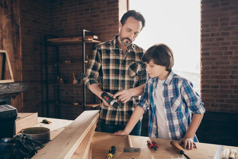 两位好人在路线类演播室的被聚焦的被集中的木工杂物工一代经验画象  库存照片