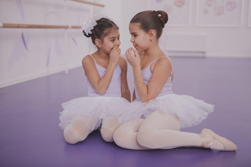 两位小芭蕾舞女演员谈话在舞蹈课以后 免版税图库摄影