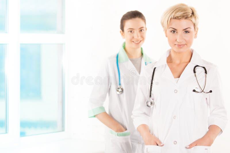 两位微笑的年轻医生 免版税图库摄影