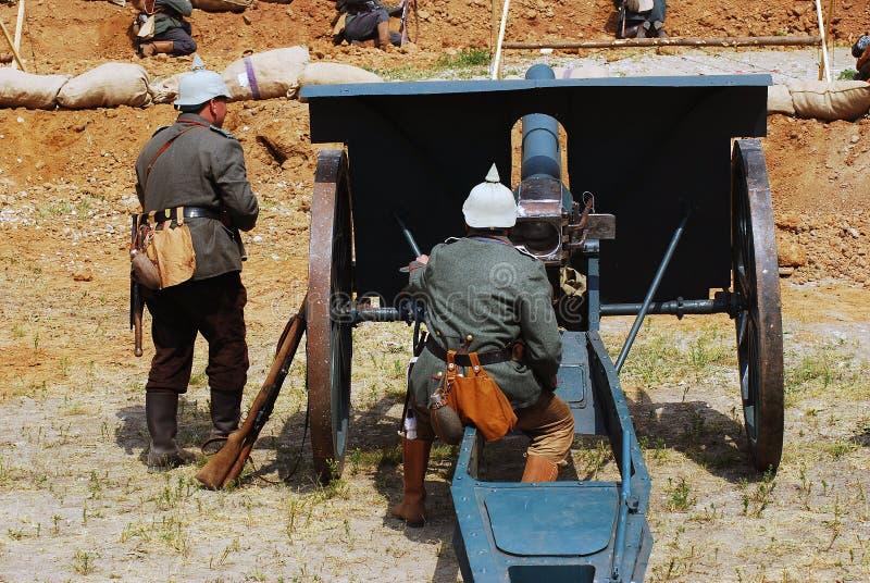 两位德国战士装载一门大炮 库存图片
