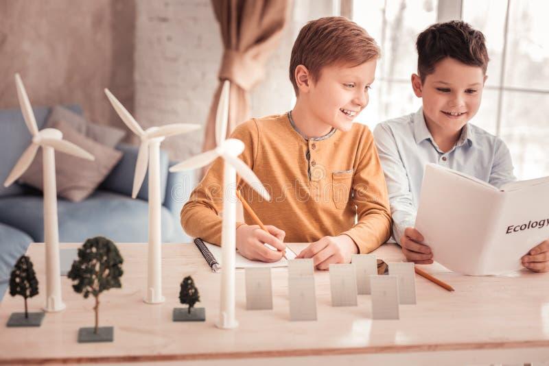 两位放光的男小学生讲话对生态 库存图片