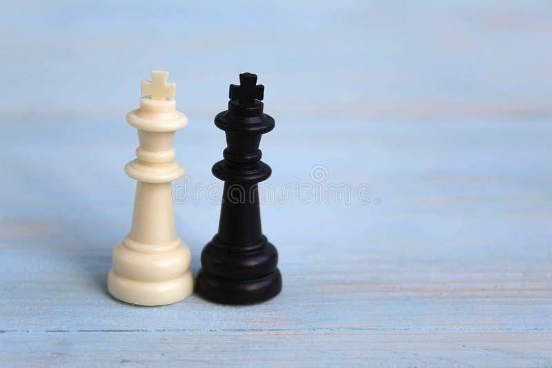 两位棋国王是在桌上 免版税库存图片