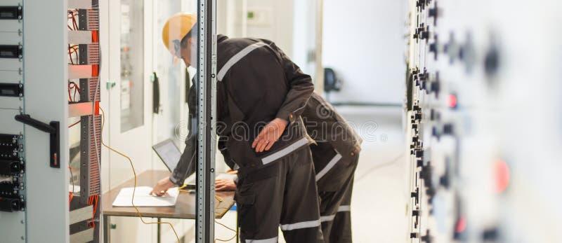 两位维护工程师检查中转与l的安全系统 库存图片