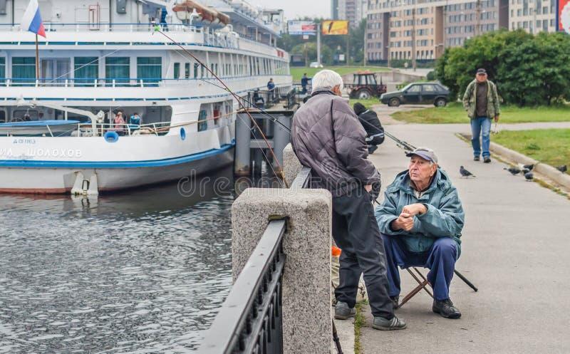 两位老渔夫讲故事(可以是)而不是渔 免版税库存图片