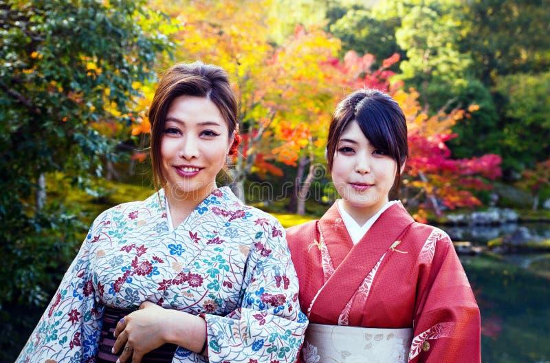两位艺妓在禅宗庭院里在京都 免版税库存图片