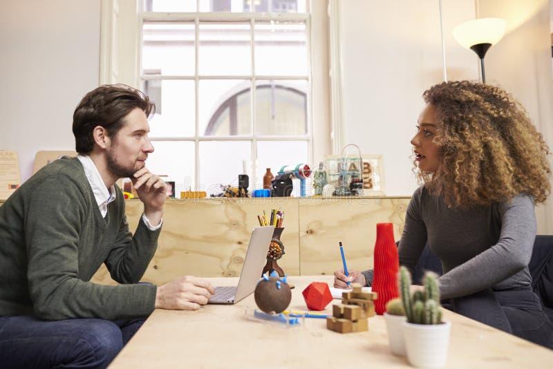 两位设计师开创造性的会议在现代办公室 库存图片