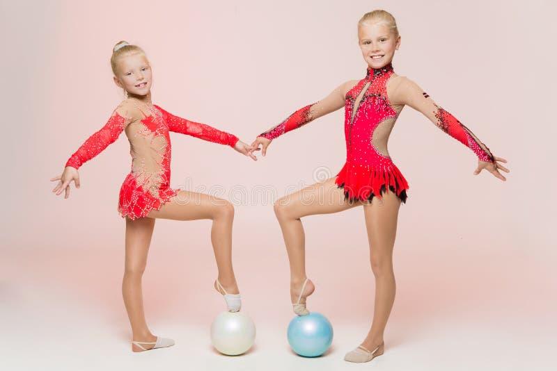 两位逗人喜爱的艺术性的体操运动员 库存图片