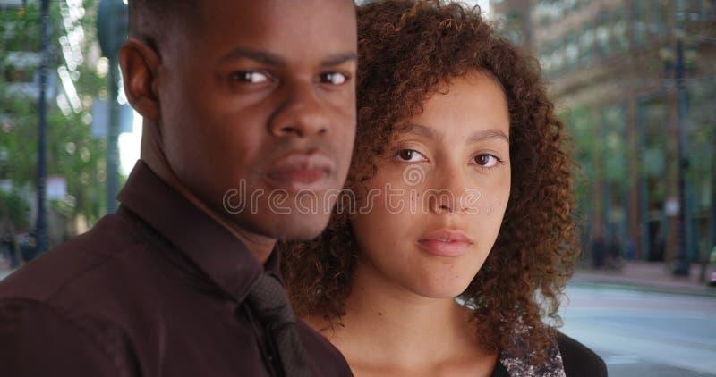 两位非裔美国人的专家为一张画象摆在办公室外 免版税图库摄影