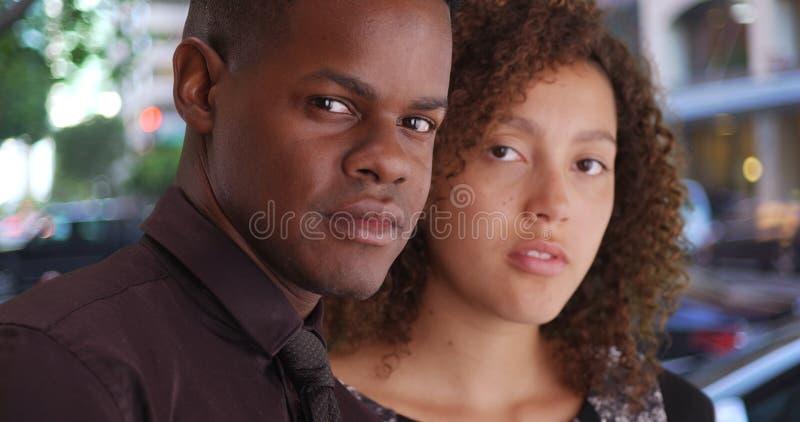 两位非裔美国人的专家为一张画象摆在办公室外 库存图片