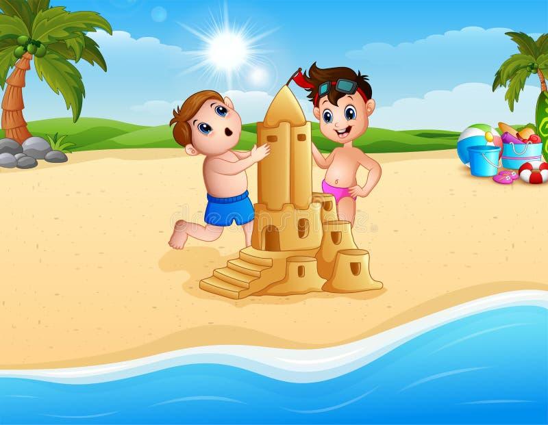 两做沙子城堡的男孩在海滩 皇族释放例证
